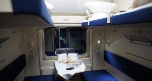 Есть ли розетки в купе поезда 049