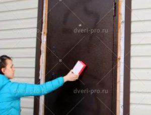 Чем отмыть железную дверь от разводов