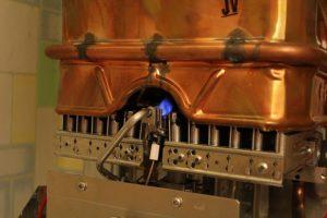 В газовой колонке фитиль пропускает газ